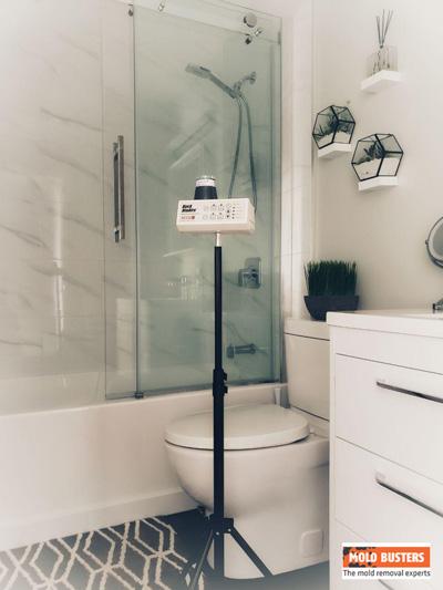 un test de la qualité de l'air dans une salle de bain